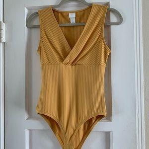 ✨2/$15✨ H&M Bodysuit